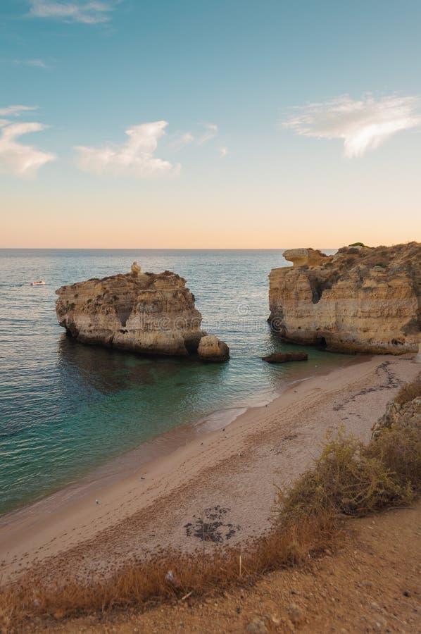Vare en la costa de Algarve, verano en Portugal Puesta del sol foto de archivo libre de regalías