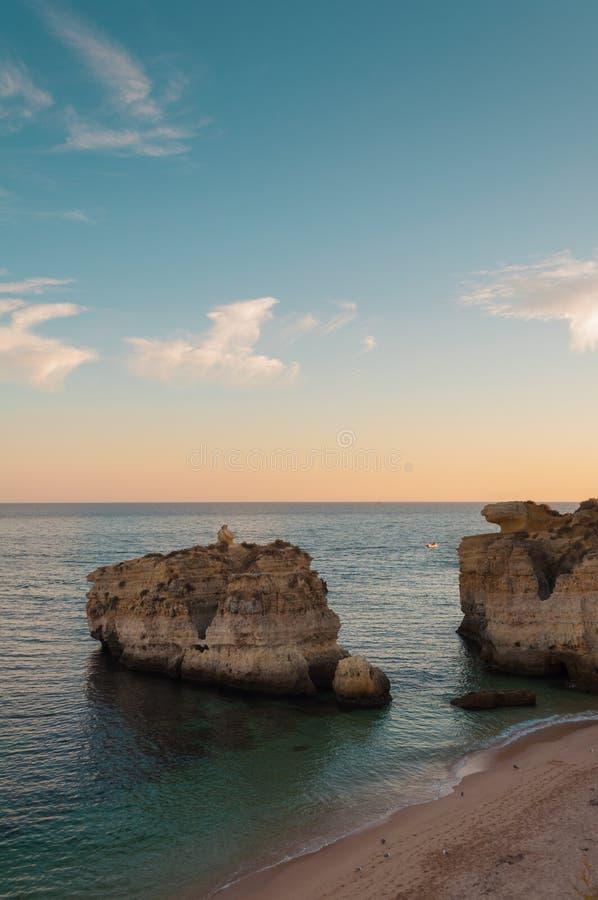 Vare en la costa de Algarve, verano en Portugal Puesta del sol imagenes de archivo