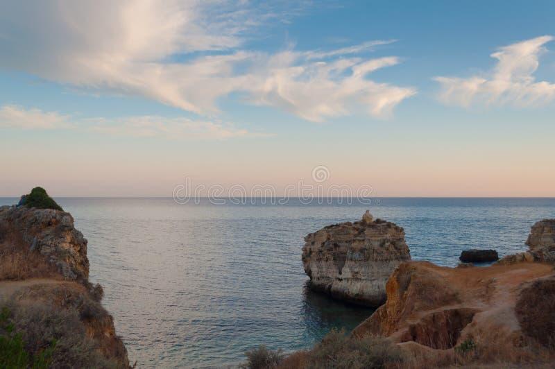 Vare en la costa de Algarve, verano en Portugal Puesta del sol fotos de archivo libres de regalías