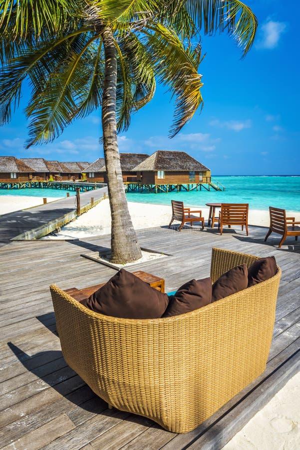Vare la barra en un centro turístico isleño del día de fiesta en Maldivas imágenes de archivo libres de regalías