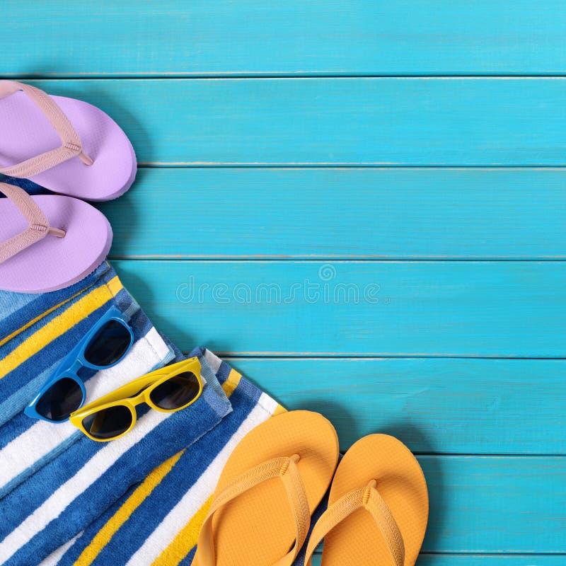 Vare la escena con las gafas de sol de madera azules de las chancletas del decking fotos de archivo libres de regalías