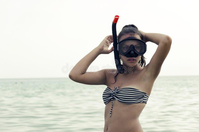 Vare a la muchacha de la diversión de las vacaciones que lleva una máscara del equipo de submarinismo del tubo respirador imagenes de archivo