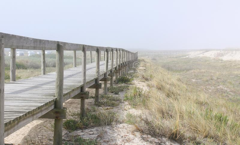 Vare la trayectoria sobre las dunas de arena en la playa de Costa Nova en Aveiro, Portugal fotos de archivo