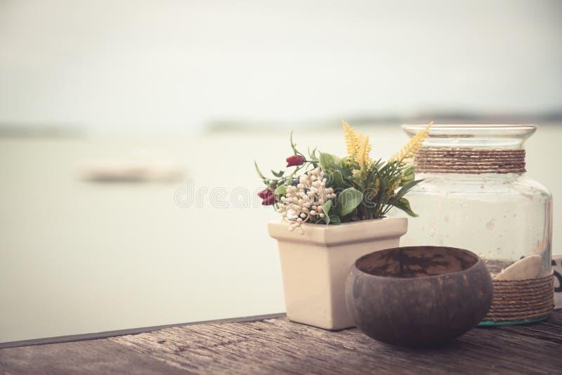Vare la visión desde el café en estilo del vintage con los accesorios de la decoración en el estilo rústico de Provence en la tab fotos de archivo