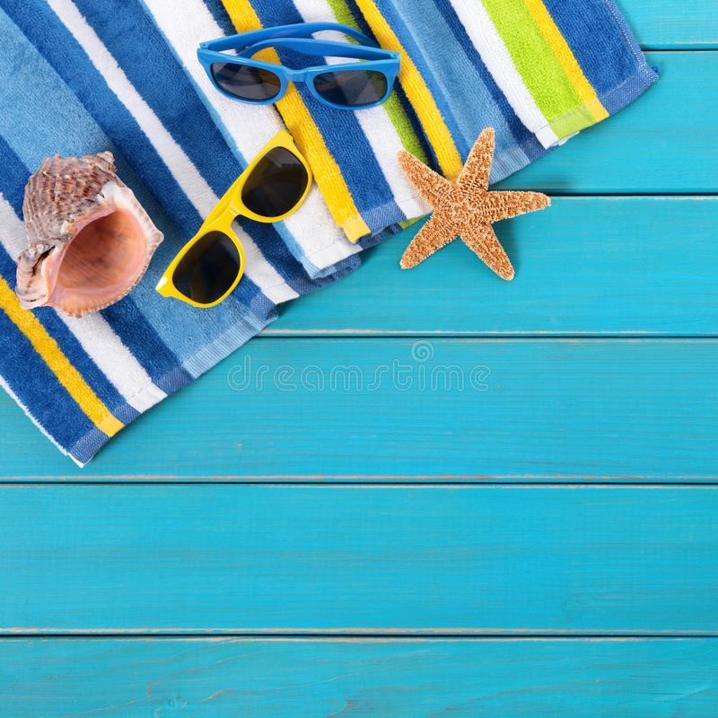 Vare las gafas de sol azules del decking de la escena, toalla, estrella de mar, cuadrado del fondo del verano foto de archivo