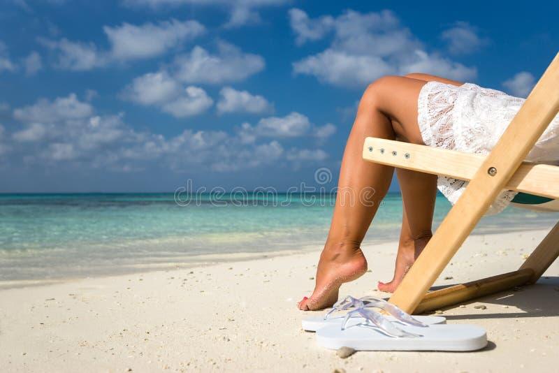 Vare las vacaciones Mujer hermosa caliente que goza mirando la vista del bea imágenes de archivo libres de regalías