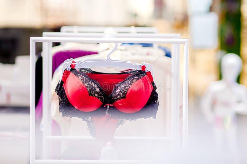 Vareity бюстгальтера вися в магазине нижнего белья женского белья Разрекламируйте, продажа, концепция моды стоковое фото rf