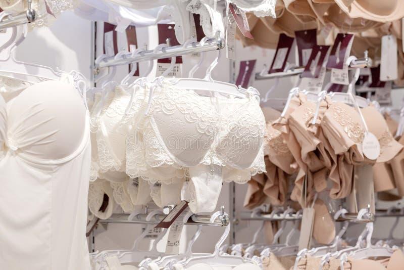 垂悬在女用贴身内衣裤内衣商店的胸罩Vareity 做广告,销售,时尚概念 图库摄影