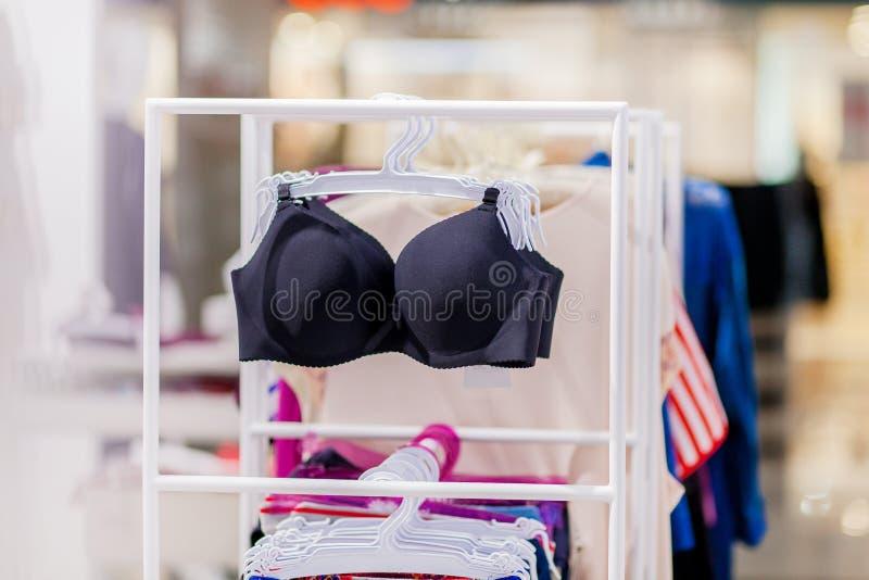 Vareity de la ejecución del sujetador en tienda de la ropa interior de la ropa interior Haga publicidad, venta, concepto de la mo imágenes de archivo libres de regalías