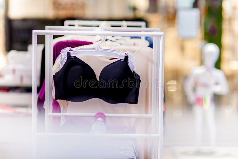 Vareity de la ejecución del sujetador en tienda de la ropa interior de la ropa interior Haga publicidad, venta, concepto de la mo imagen de archivo libre de regalías