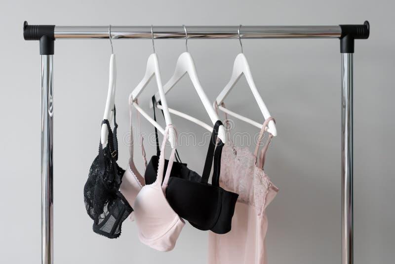 Vareity del sujetador que cuelga en una suspensión Materia textil, ropa interior Sujetador femenino en tienda de la ropa interior imagenes de archivo