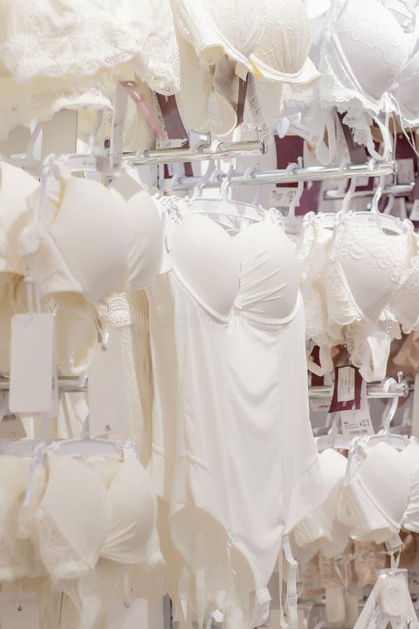 Vareity van bustehouder het hangen in de opslag van het lingerieondergoed Adverteer, Verkoop, Manierconcept stock afbeeldingen