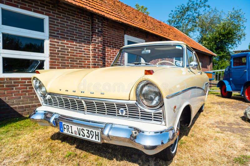 Varel, Alemania, julio, 28,2019: Los coches del vintage se encuentran en el puerto de Vareler Diversos vehículos del vintage - co fotografía de archivo