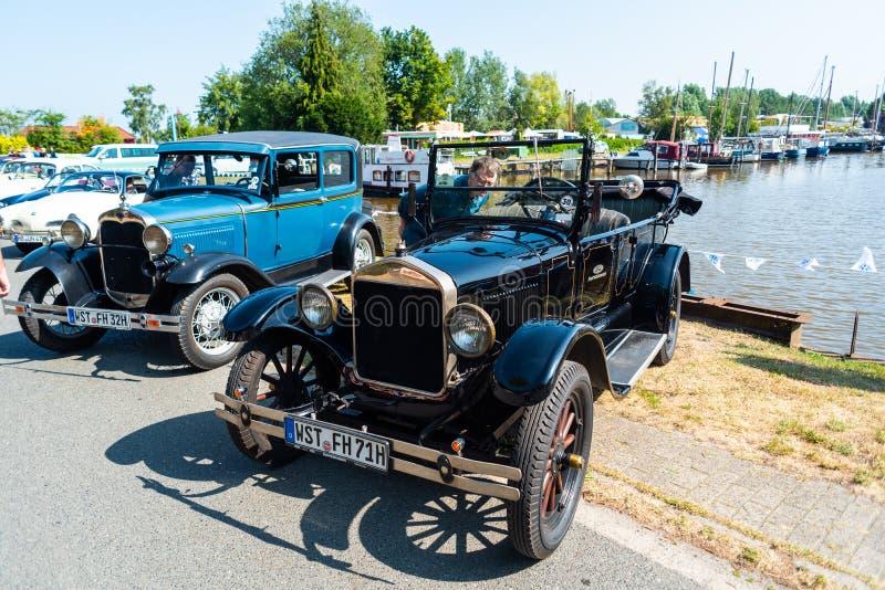 Varel, Niemcy, Lipiec, 28,2019: Roczników samochodów spotkanie przy Vareler schronieniem Bilder różnorodni roczników pojazdy samo fotografia stock