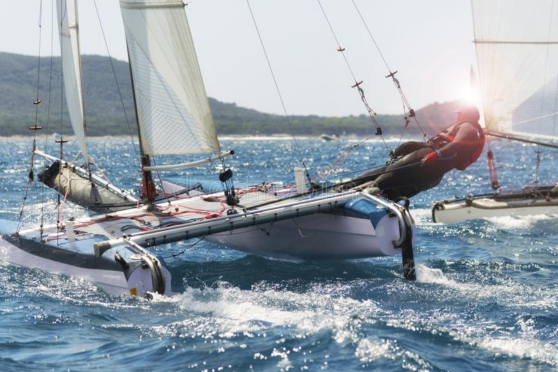 Varend bootras, catamaran in regatta royalty-vrije stock fotografie