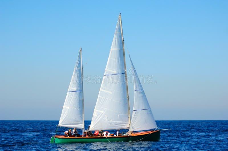 Varend jacht in de Middellandse Zee. stock afbeeldingen