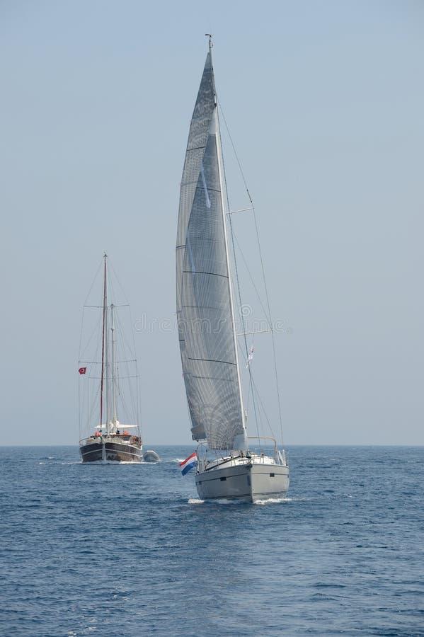 Varend jacht en varend schip op zee stock foto's