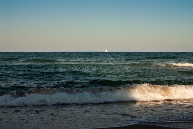 Varend jacht met witte zeilen in de open zee royalty-vrije stock foto