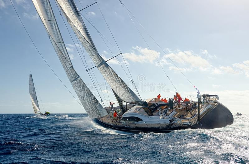 Varend jachtras yachting Varende jachten in het overzees royalty-vrije stock afbeelding