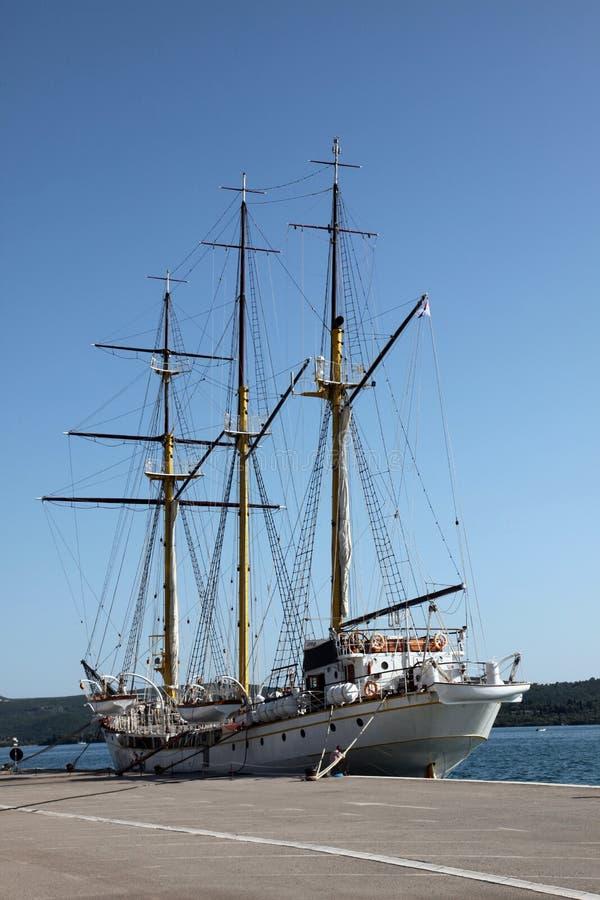 Varend schip bij het dok royalty-vrije stock fotografie