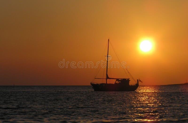 Varend schip bij zonsondergang royalty-vrije stock afbeeldingen