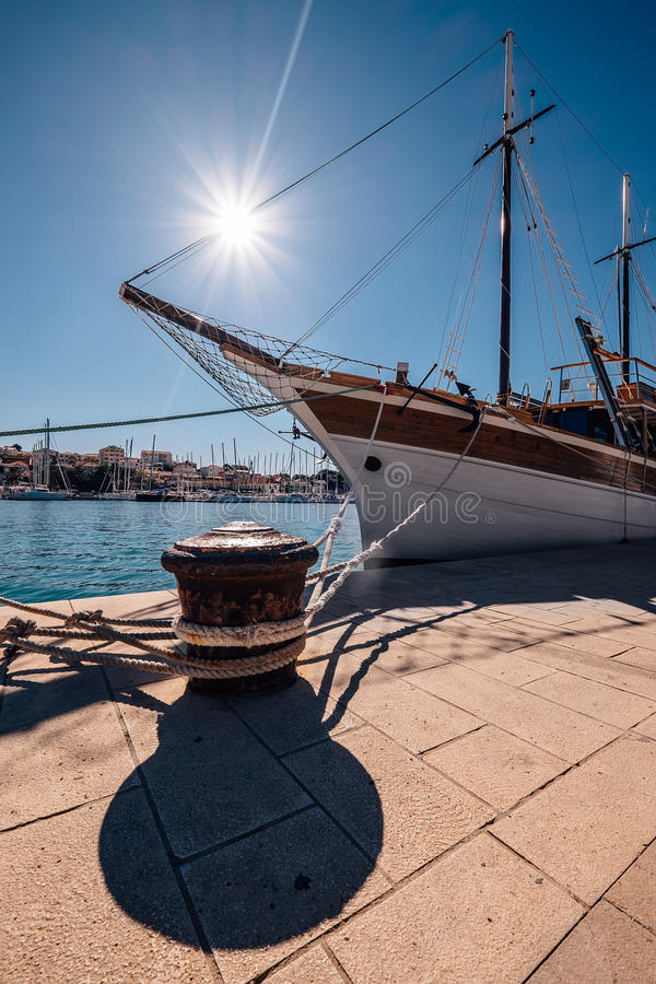Varend schip dat in haven wordt vastgelegd royalty-vrije stock fotografie
