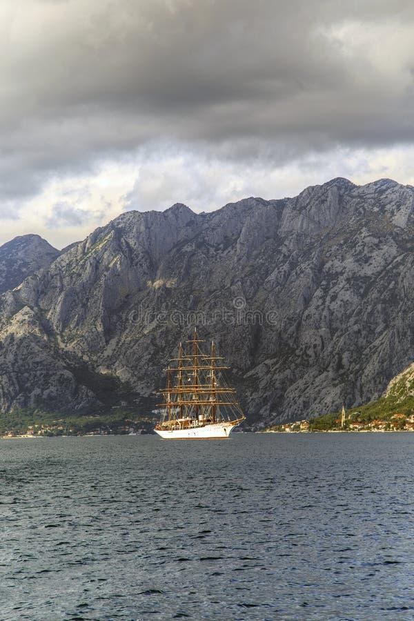 Varend schip in de inval van Kotor, Montenegro royalty-vrije stock fotografie