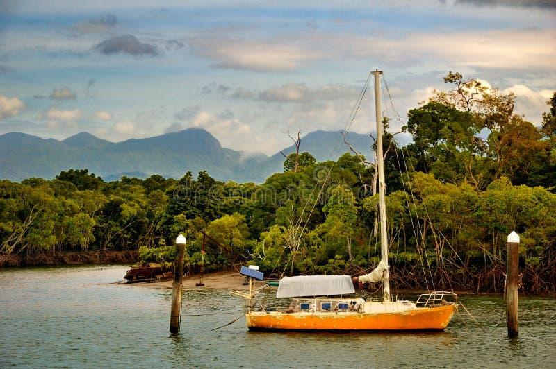 Varend schip in een tropische baai in Australië royalty-vrije stock afbeeldingen