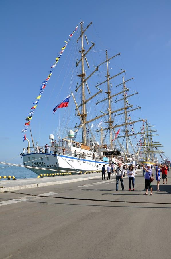 Varend schip Nadezda in de haven van Sotchi royalty-vrije stock afbeeldingen
