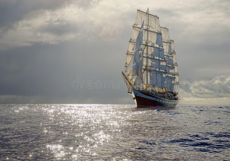 Varend schip op de achtergrond van stormachtige hemel sailing Luxejacht stock foto