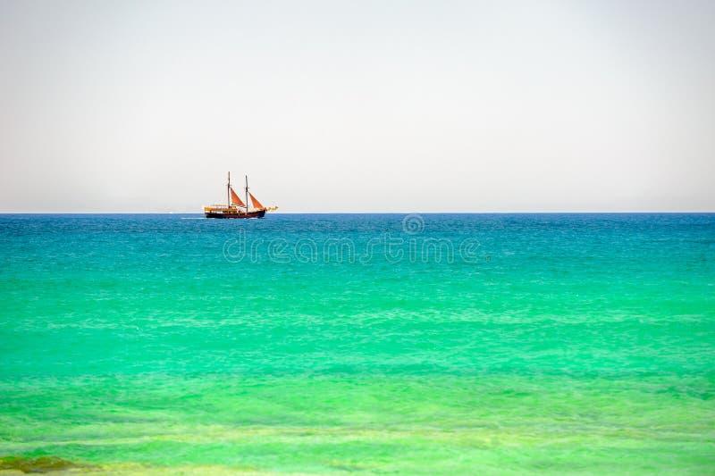 Varend schip op overzeese horizon stock fotografie