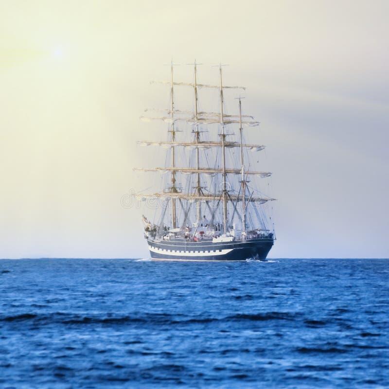 Varend schipras in zonstralen Lange schepen Zeilen en het varen stock foto's