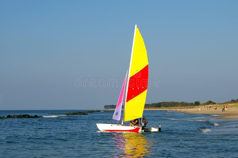 Varende boot bij strand. royalty-vrije stock foto