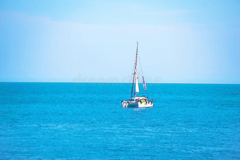 Varende boot die op de open zee, geschilderde waterverf stromen royalty-vrije stock afbeelding