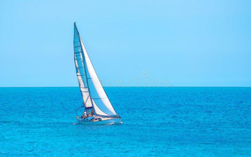 Varende boot die op de open zee, geschilderde waterverf stromen royalty-vrije stock fotografie