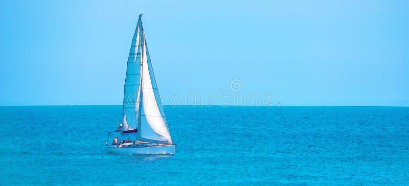 Varende boot die op de open zee, geschilderde waterverf stromen stock afbeeldingen