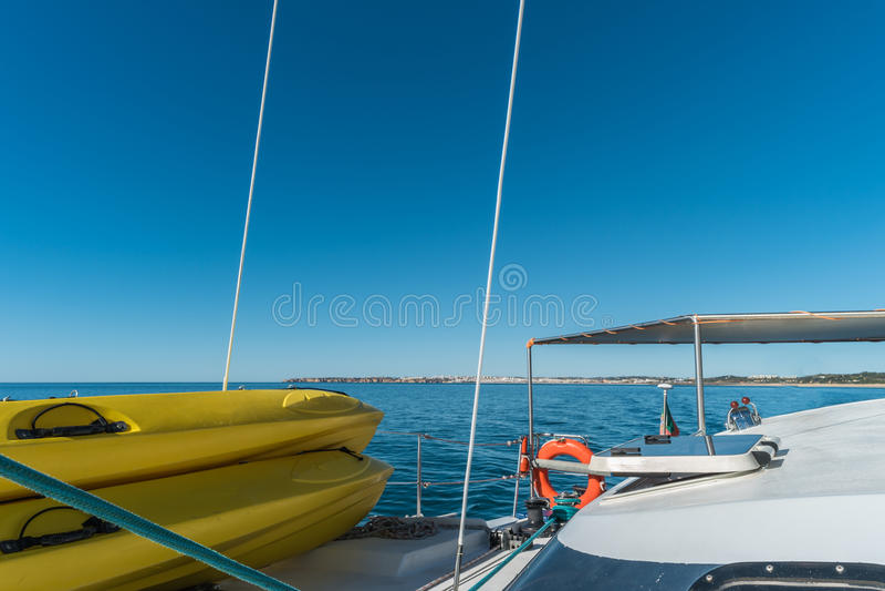 Varende boot en tribune op peddelraad royalty-vrije stock afbeelding