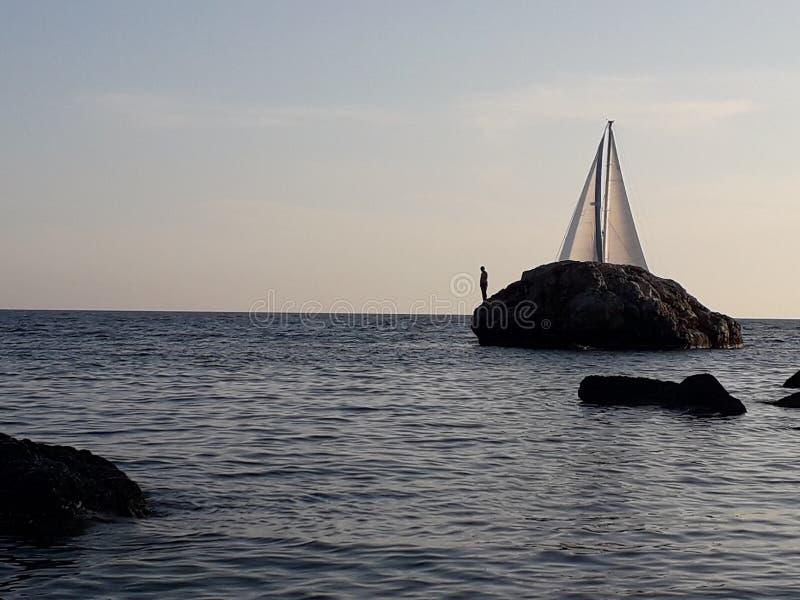 Varende boot in gezicht stock fotografie