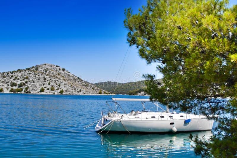 Varende boot in Kroatische baai stock foto