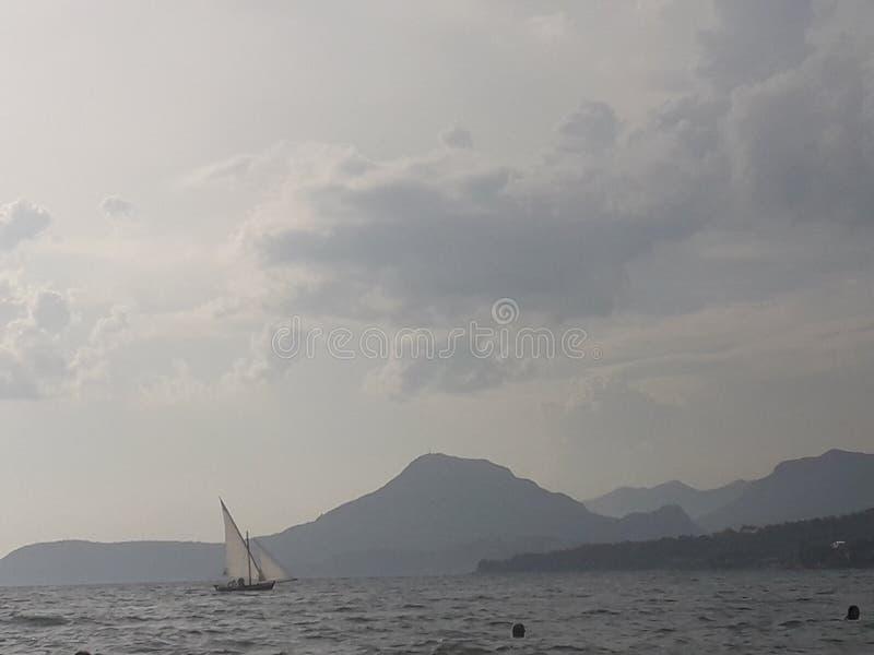 Varende boot op de kust royalty-vrije stock fotografie