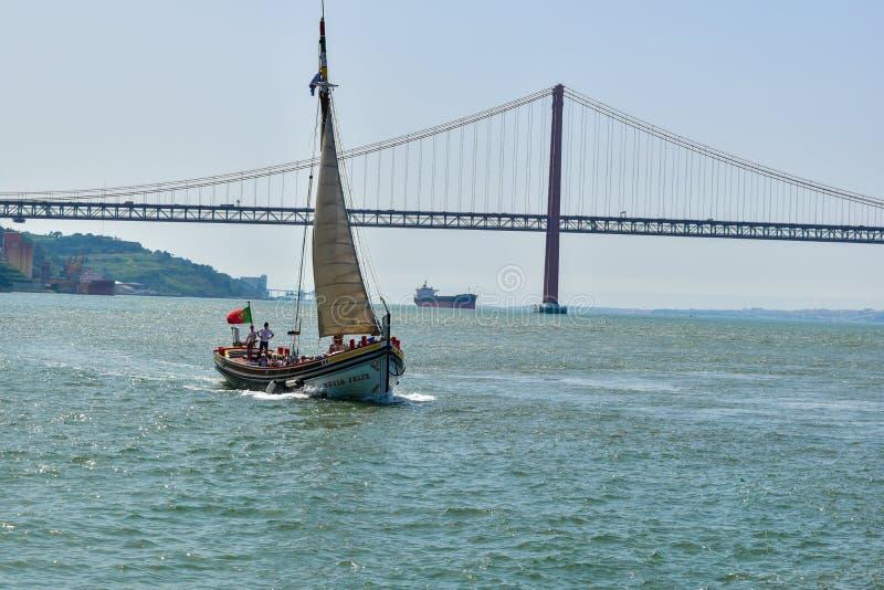 Varende boot op de zuidenbank van de Tagus-rivier stock foto