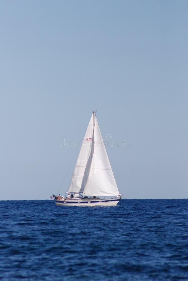 Varende boot op het overzees stock fotografie