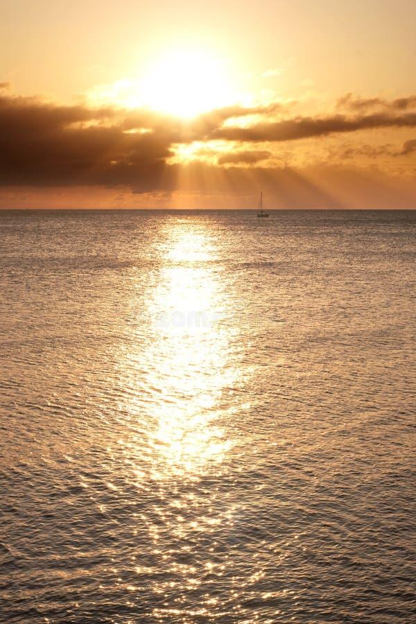 Varende boot op horizon gebaad in de stralen van de zon royalty-vrije stock afbeelding
