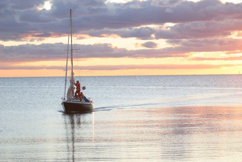 Varende Boot op Zijn Manier in Haven stock afbeelding