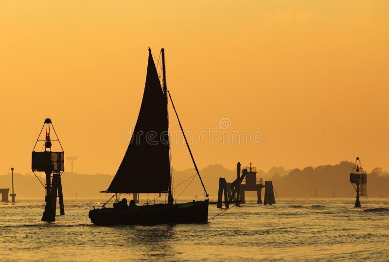 Varende boot in Venetiaanse lagune stock afbeelding