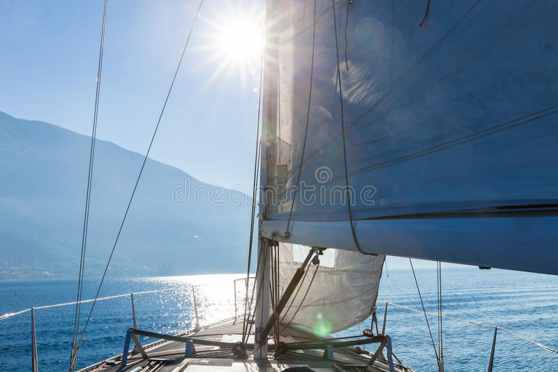 Varende boot in zonnige dag in het meer, lege ruimte royalty-vrije stock afbeelding