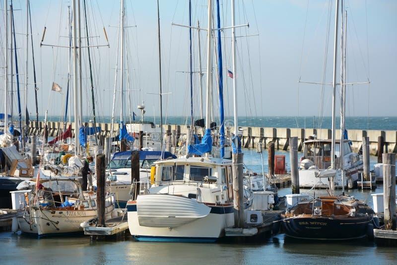 Varende boten bij Fishermans-Werf in SF stock fotografie