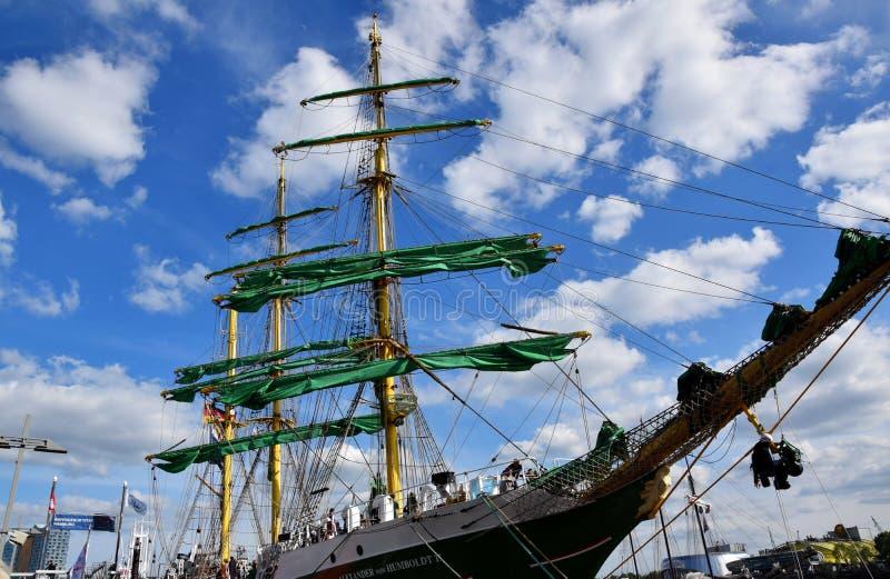 Varende Boten bij St pauli-Landungsbrucken, Hafengeburtstag - de Viering van de Havenverjaardag stock foto's