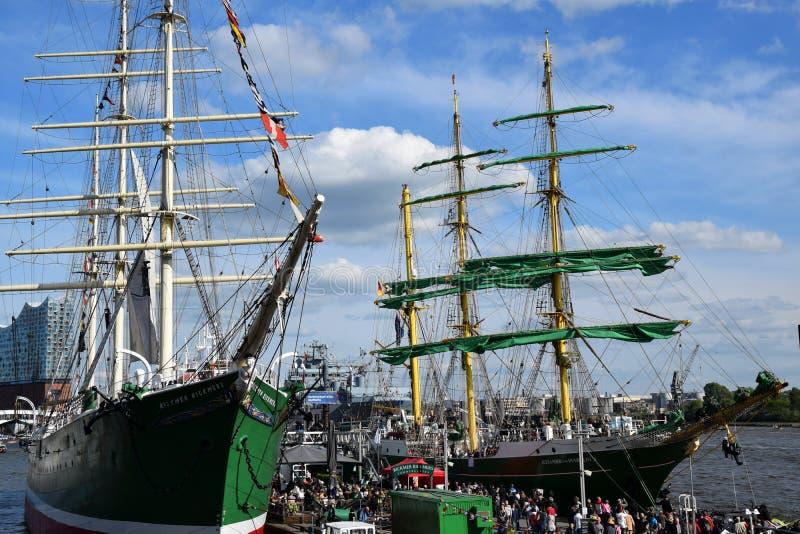 Varende Boten bij St pauli-Landungsbrucken, Hafengeburtstag - de Viering van de Havenverjaardag stock foto