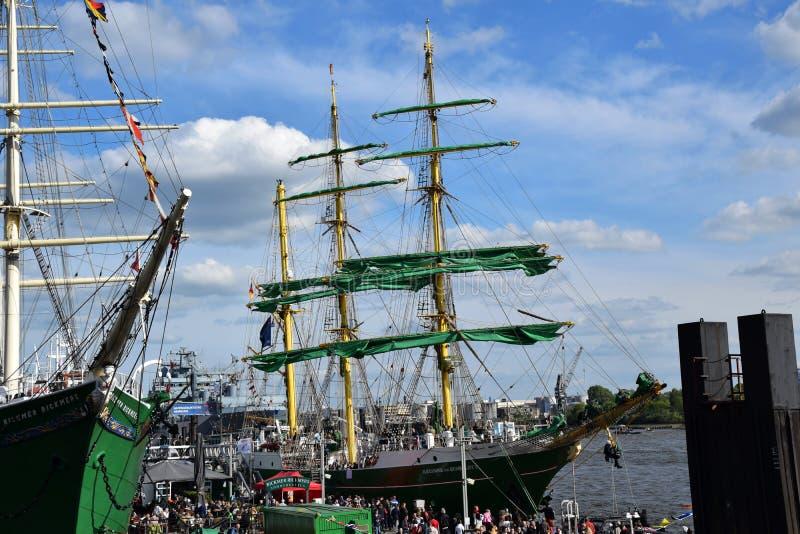 Varende Boten bij St pauli-Landungsbrucken, Hafengeburtstag - Verjaardagsviering royalty-vrije stock afbeelding